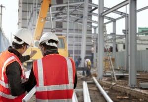 Auf der Baustelle arbeiten viele Berufsgruppen zusammen